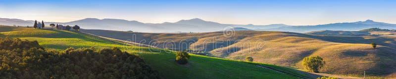 Panorama del paesaggio della Toscana ad alba con una cappella di Madonna d fotografie stock