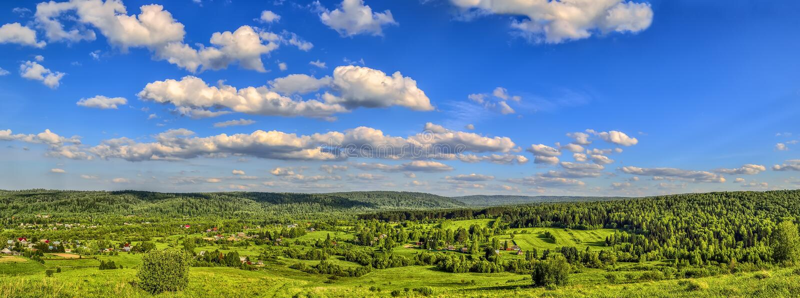 Panorama del paesaggio di estate - vista dalla cima della collina immagini stock