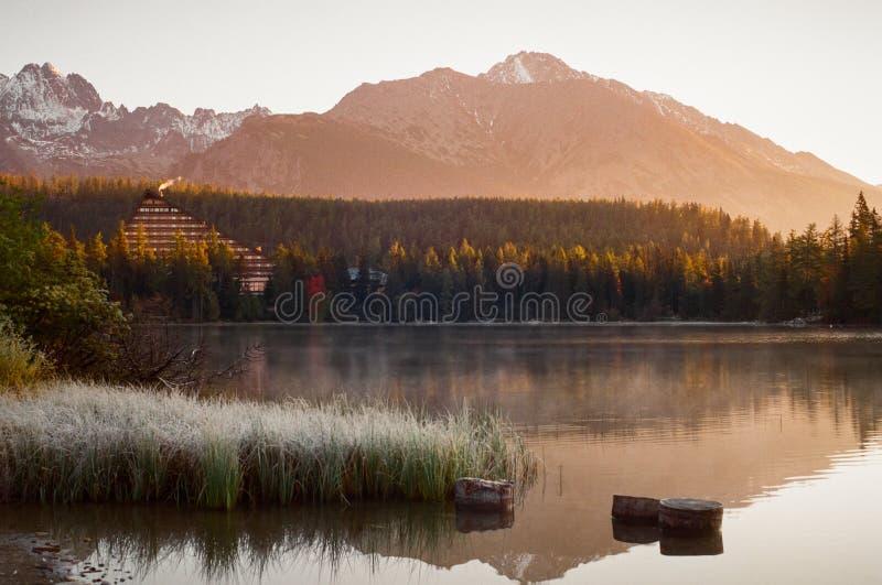 Panorama del paesaggio di Strbske Pleso in alto Tatras ad alba immagine stock libera da diritti