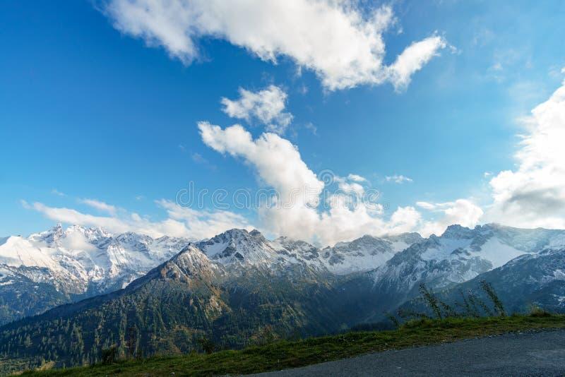 Panorama del paisaje de la cordillera de la nieve con el cielo azul en las montañas del pico de Cervino foto de archivo libre de regalías