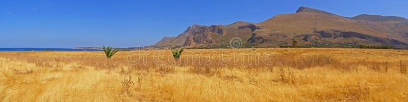 Panorama del paisaje de la montaña de la playa imagen de archivo
