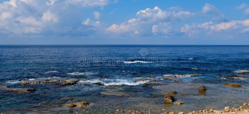 Panorama del paisaje marino - formaciones de roca naturales en el agua azul de la costa y del claro con las ondas ligeras al hori fotos de archivo
