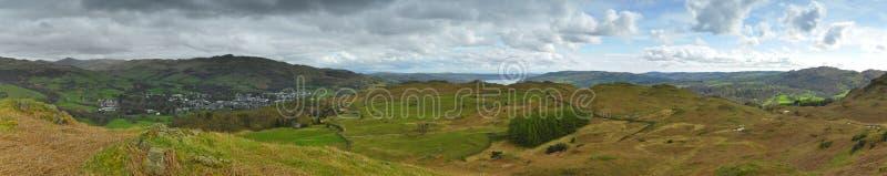Panorama del paisaje: montañas, lago, valle, árboles imagenes de archivo