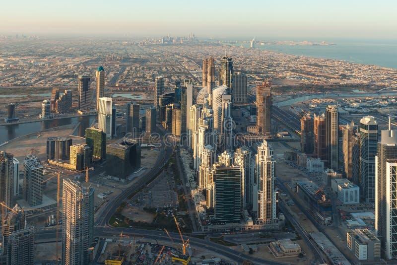 Panorama del paisaje urbano de Dubai desde arriba en la salida del sol imagen de archivo