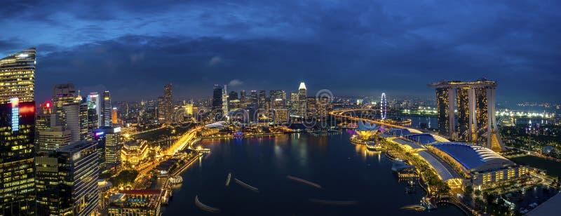 Panorama del paisaje urbano de Singapur en la oscuridad imagen de archivo