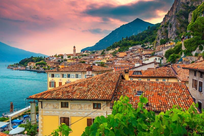 Panorama del paisaje urbano del sul Garda, región de Lombardía, Italia, Europa de Limone fotos de archivo