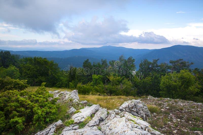 Panorama del parque nacional de las piedras azules en Sliven, Bulgaria Nube foto de archivo