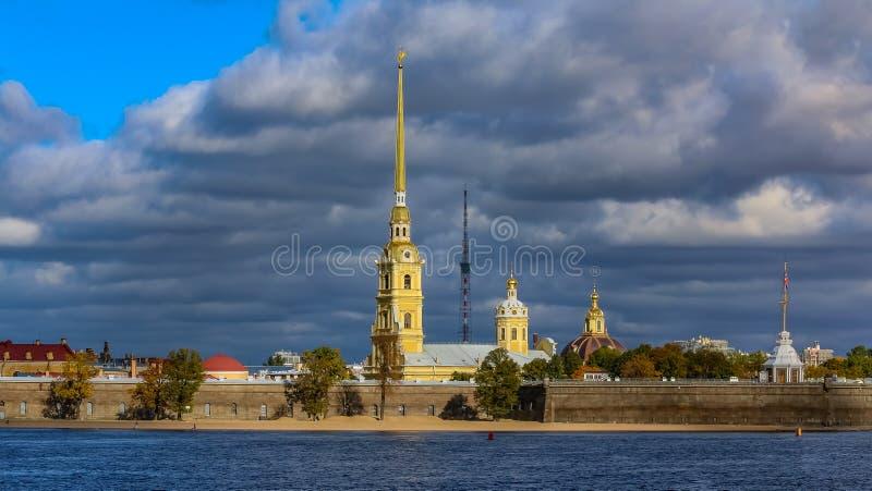 Panorama del Peter e di Paul Fortress in San Pietroburgo con il fiume di Neva fotografia stock libera da diritti
