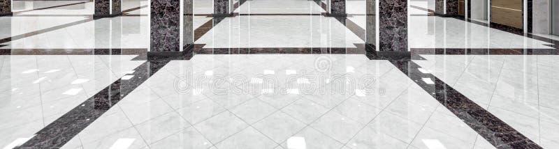 Panorama del piso de mármol del pasillo de lujo de la compañía o del hotel foto de archivo libre de regalías