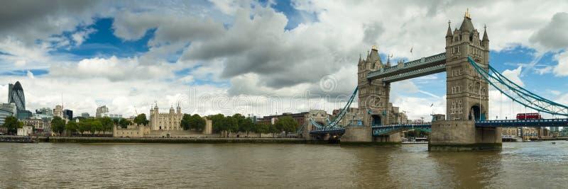 Panorama del ponte della torre e della torre di Londra fotografia stock libera da diritti