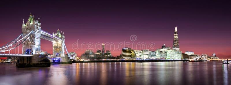 Panorama del ponte della torre fino al ponte di Londra con l'orizzonte di Londra dopo il tramonto immagine stock libera da diritti