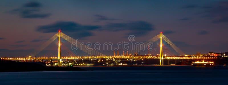 Panorama del ponte russo che collega il continente e l'isola russa in Vladivostok fotografie stock libere da diritti