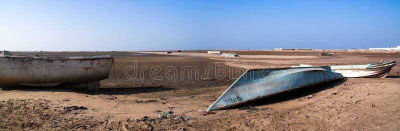 Panorama del porto e della spiaggia di Berbera con le barche Somalia immagini stock