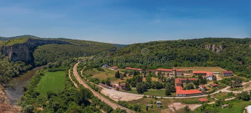 Panorama del pueblo de Karlukovo, Bulgaria imagen de archivo