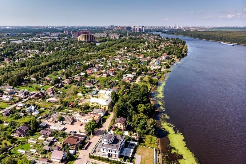 Panorama del pueblo de Ust-Izhora Alrededores de St Petersburg, Rusia fotos de archivo