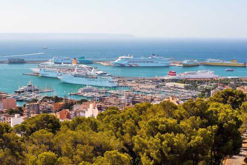 Panorama del puerto con los trazadores de líneas de la travesía en Palma de Mallorca imagenes de archivo
