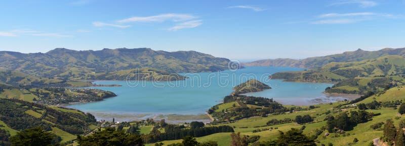 Panorama del puerto de Akaroa, Nueva Zelanda imágenes de archivo libres de regalías