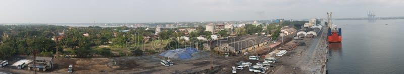 Panorama del puerto de Cochin con la ciudad fotografía de archivo