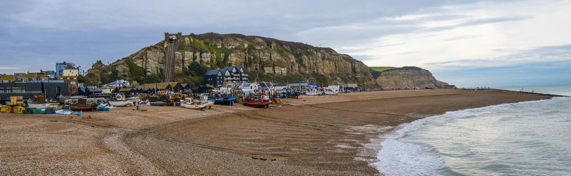 Panorama del puerto de Hastings y de la flota pesquera imagen de archivo