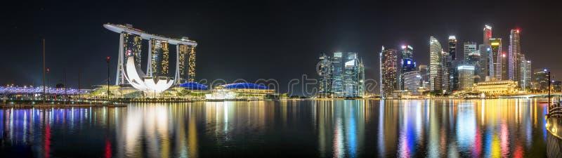 Panorama del puerto deportivo y del distrito financiero de Singapur por noche foto de archivo