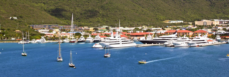 Panorama del puerto en St Thomas, Islas Vírgenes de los E.E.U.U. foto de archivo