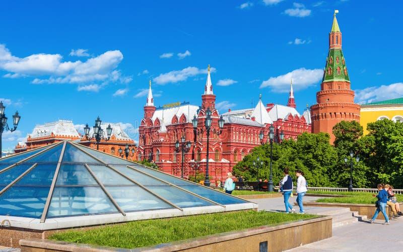 Panorama del quadrato di Manezhnaya dal vecchio Cremlino di Mosca, Russia immagine stock