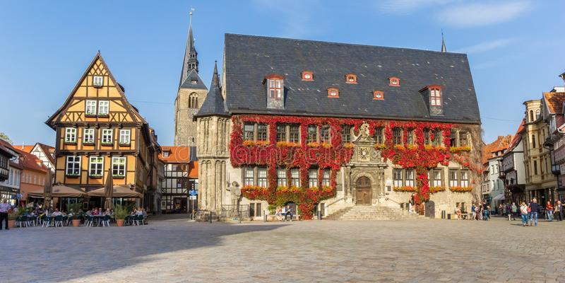 Panorama del quadrato storico del mercato di Quedlinburg fotografia stock