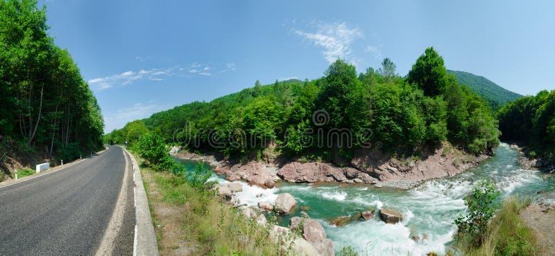 Panorama del río Blanco hermoso en montañas caucásicas en Adygea, región Krasnodar de Rusia 23 imágenes de archivo libres de regalías
