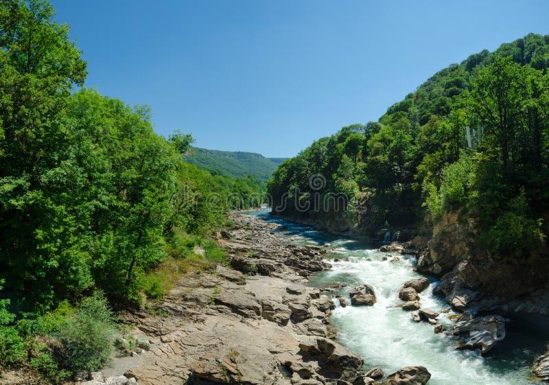 Panorama del río Blanco hermoso en montañas caucásicas en Adygea, región Krasnodar de Rusia 23 foto de archivo