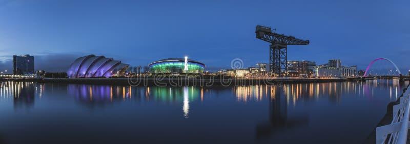 Panorama del río Clyde incluyendo la energía hidraúlica de SSE, el armadillo del SEC, el centro del SEC y el arco foto de archivo libre de regalías