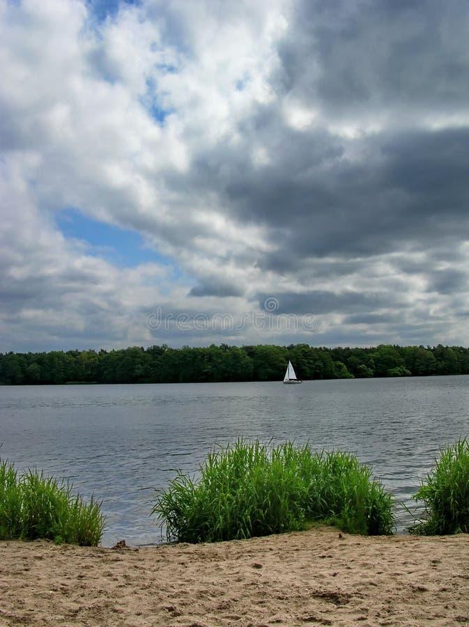 Panorama del río con el barco de navegación imagenes de archivo