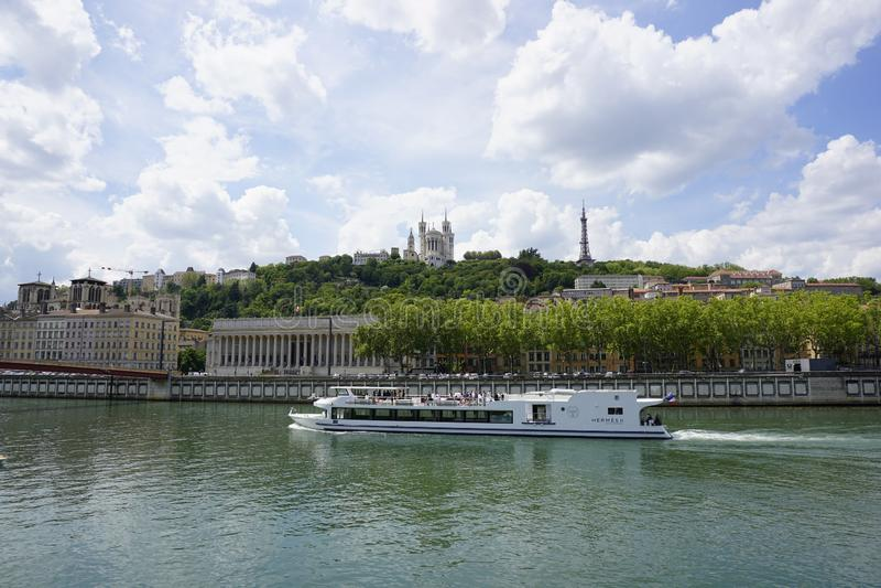 Panorama del río Saone, del tribunal y de la iglesia Notre Dame de Fourviere, Lyon, fotografía de archivo libre de regalías