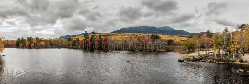 Panorama del río y del soporte Katahdin de Penobscot imagen de archivo