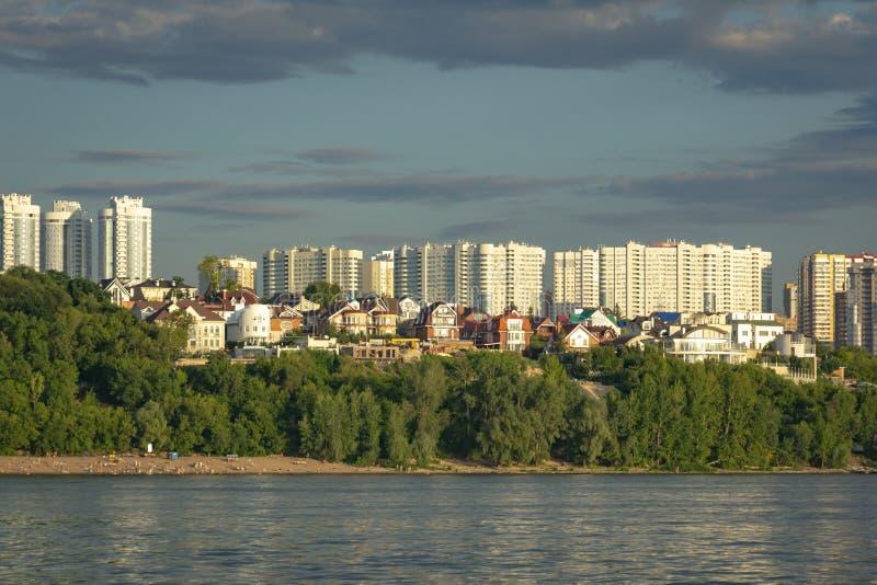Panorama del Samara y del terraplén de la ciudad Visión desde el Volga en la puesta del sol del día foto de archivo