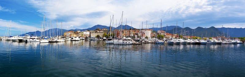 Panorama del san-Florent e del suo porto di svago immagini stock libere da diritti
