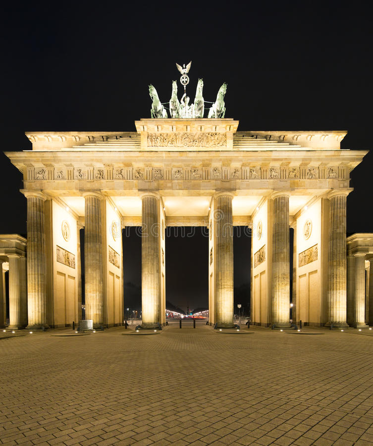 Panorama del Tor de Brandenburger (puerta de Brandeburgo), señal famosa en la noche de Berlín Alemania imagen de archivo
