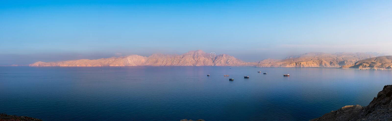 Panorama del tramonto sopra i fiordi vicino a Khasab nell'Oman immagine stock