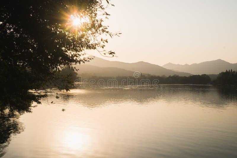 Panorama del tramonto sul West Lake a Hangzhou, Cina, Asia Bello silhouett fotografia stock libera da diritti