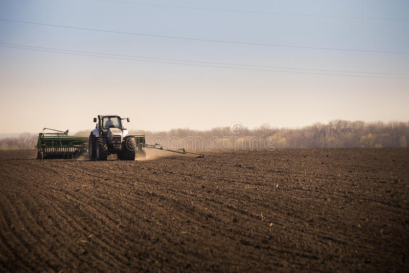 panorama del trattore di funzionamento nel campo fotografie stock libere da diritti