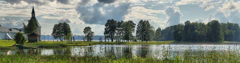 Panorama del verano del lago con un monasterio ortodoxo foto de archivo libre de regalías