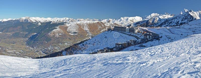 Panorama del villaggio della località di soggiorno di Lary Soulan del san e di Aure Valley fotografia stock libera da diritti