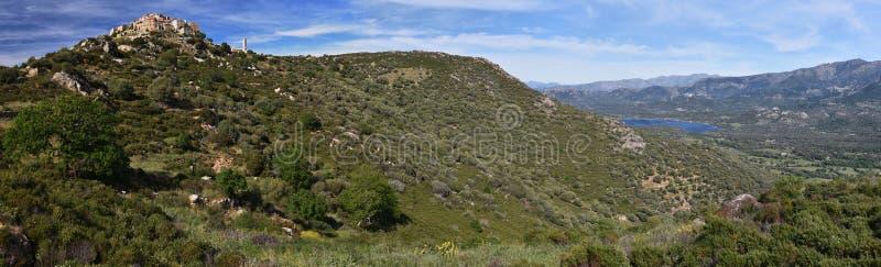 Panorama del villaggio e di Regino Plane di Sant Antonino in Corsica fotografia stock