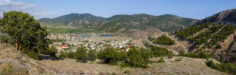 Panorama del villaggio Veseloe, Crimea un giorno di estate soleggiato immagini stock