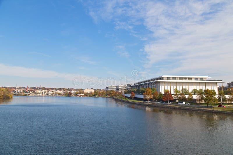 Panorama del Washington DC del río Potomac con Juan F Kennedy Center para las artes interpretativas en una visión imagenes de archivo