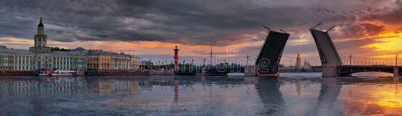 Panorama dell'alba sopra il fiume di Neva ed il ponte del palazzo a St Petersburg fotografia stock