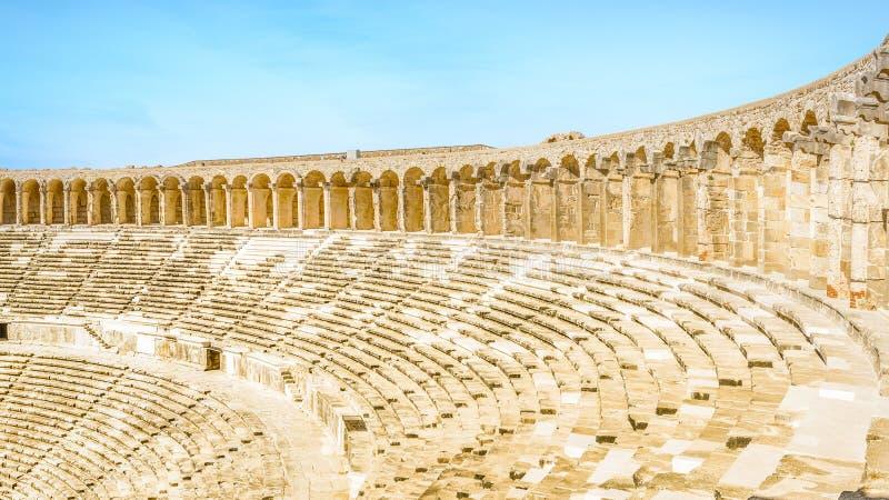 Panorama dell'anfiteatro e della colonnato di Aspendos dalla fila superiore di immagine stock