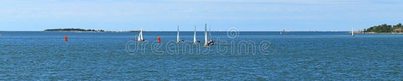 Panorama dell'arcipelago di Helsinki, Finlandia Yacht di navigazione immagini stock libere da diritti
