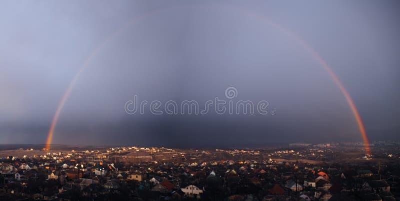 Panorama dell'arcobaleno sopra la città Kharkov dopo la pioggia per fotografie stock