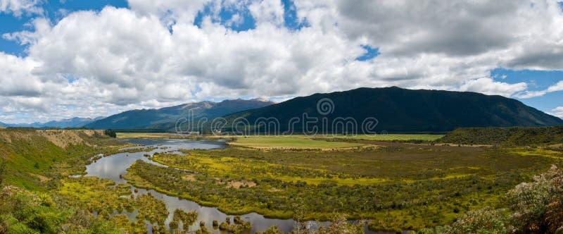 Panorama dell'area umida Nuova Zelanda del sud del fiume di Waiau fotografia stock libera da diritti