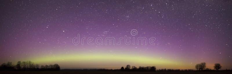 Panorama dell'aurora boreale sopra cielo notturno immagini stock libere da diritti